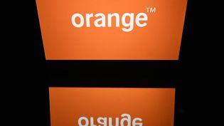 Le logo d'Orange, le 19 avril 2018, sur l'écran d'une tablette. (LIONEL BONAVENTURE / AFP)