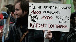 """Un manifestant proteste contre la loi Travail, à Strasbourg, le 9 avril 2016, avec une référence au film """"La Cité de la peur"""". (FREDERICK FLORIN / AFP)"""