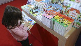 Aimer lire devient difficile pour de nombreux enfants. Les écrans leur apprennent trop à être passifs  (JACQUES DEMARTHON / AFP)
