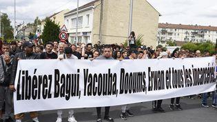 Une manifestation pour la libération de Bagui Traoré, le 22 juillet 2017 à Beaumont-sur-Oise (Val-d'Oise). (BERTRAND GUAY / AFP)