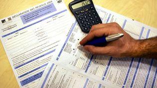 Allocations familiales, impôts sur le revenu, quotient familial, taxe foncière, taxe d'habitation... Francetv info fait les comptes pour une famille lambda. (THOMAS COEX / AFP)