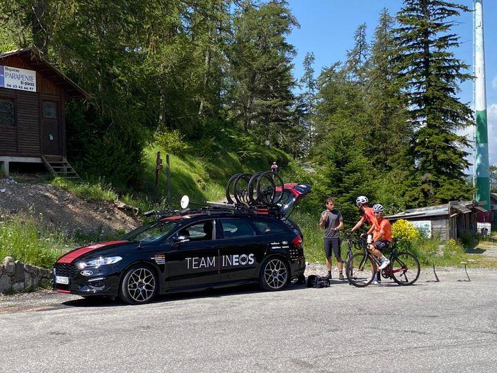 L'equipe Ineos avec Chris Froome et Geraint Thomas à l'entrainement au col de La Colmiane. (FANNY LECHEVESTRIER / RADIO FRANCE)