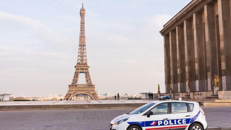Une voiture de police place du Trocadéro, à Paris, le 17 mars 2020. (MASHA MOSCONI / HANS LUCAS / AFP)