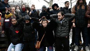 Réunis place de la République à Paris, le 7 décembre 2018, des lycéens reproduisent l'arrestation de 151 adolescents survenue la veille à Mantes-la-Jolie (Yvelines). (PHILIPPE LOPEZ / AFP)