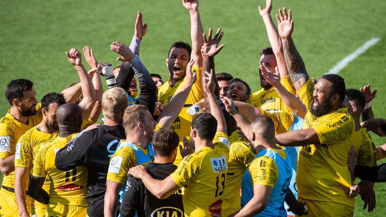 Les joueurs de La Rochelle célèbrent leur victoire contre Leinster en demi-finale et leur qualification en finale de Champions cup, au Stade Marcel Deflandre, le 2 mai 2021. (XAVIER LEOTY / AFP)