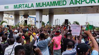 Des manifestants à Lagos (Nigeria) observent une minute de silenceen mémoire des victimes des violences policières, le 19 octobre 2020. (BENSON IBEABUCHI / AFP)