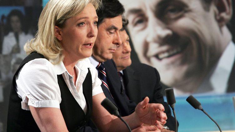 Marine Le Pen et François Fillon sur un plateau de télévision, le 22 avril 2007. (PIERRE VERDY / AFP)