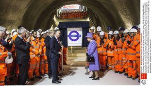 """La reineElizabeth II dévoile le nouveau logo de la nouvelle ligne de métroen construction la """"Elizabeth line""""deLondres (Royaume-Uni), le 23 février 2016 (SHUTTERSTOCK / SIPA)"""