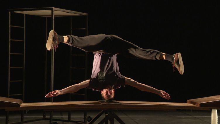 Antoine Guillaume répète son prochain spectacle avec la compagnie La main de l'homme (France 3 Normandie)