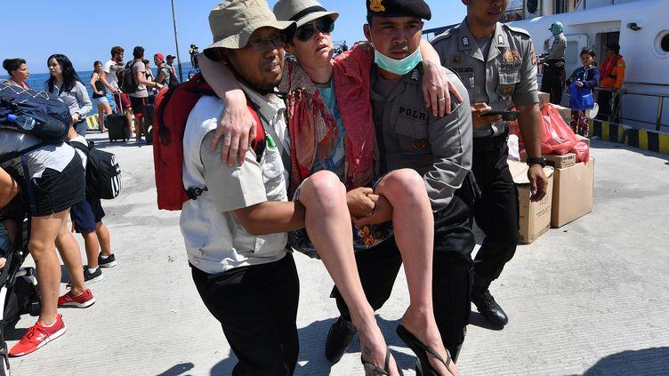 Des touristes sont évacués de Lombok, en Indonésie, après le séisme meurtrier de dimanche 5 août 2018. (ADEK BERRY / AFP)