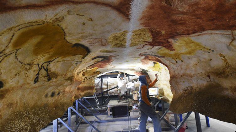 Des artistes travaillent sur les répliques plus vraies que nature des peintures rupestres de Lascaux, le 29 février 2016 à Lascaux 4, à Montignac.  (Mehdi Fedouach / AFP)
