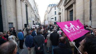 Des manifestants de La Manif pour tous mobilisés devant le Comité consultatifnational d'éthique (CCNE) pour protester contre l'extension de la PMA à toutes les femmes, le 25 septembre 2018 à Paris. (MICHEL STOUPAK / AFP)