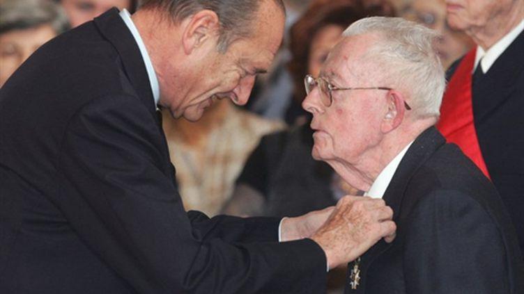 Maurice Allais décoré par Jacques Chirac en 2005 (AFP/PATRICK KOVARIK)