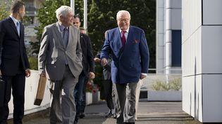 Jean-Marie Le Pen et le député européen Bruno Gollnischquittent le siège du parti, à Nanterre (Hauts-de-Seine), le 20 août 2015. (KENZO TRIBOUILLARD / AFP)