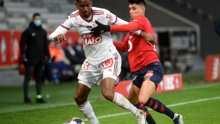 Match très fermé entre les Lillois et les Brestois dimanche 14 février, à l'occasion de la 25e journée de Ligue 1 (FRANCOIS LO PRESTI / AFP)
