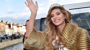 Miss France 2015, Camille Cerf, salue la foule depuis un bateau, le 20 décembre 2014, à Calais (Pas-de-Calais). (PHILIPPE HUGUEN / AFP)
