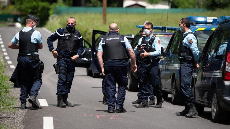 Des gendarmes engagés dans les recherches pour tenter de retrouver Valentin Marcone, auteur présumé d'un double meurtre dans les Cévennes, le 13 mai 2021 à Saumane (Gard). (CLEMENT MAHOUDEAU / AFP)