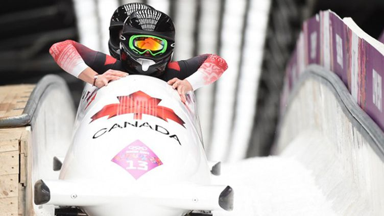 Les Canadiennes Kaillie Humphries et Heather Moyse championnes olympiques de bobsleigh (LEON NEAL / AFP)