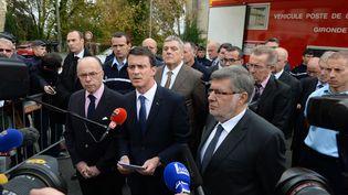 Bernard Cazeneuve, Manuel Valls et Alain Vidalies à Puisseguin, le 23 octobre 2015, après un accident qui a coûté la vie à 42 personnes. (MEHDI FEDOUACH / AFP)