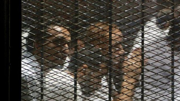 Procès du photo-journaliste Mahmoud Abu Zied, connu sous le pseudonyme Shawkan, dans la prison de Tora au Caire, Egypte, le 8 septembre 2018. Lui et ses co-accusés sont dans une cage au grillage métallique doublé d'une vitre insonorisée. (ISLAM SAFWAT / NURPHOTO)