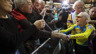 Robert Marchand, 102 ans, bat son propre record de distance en une heure, le 31 janvier 2014 à Saint-Quentin-en-Yvelines (Yvelines). (MAXPPP)