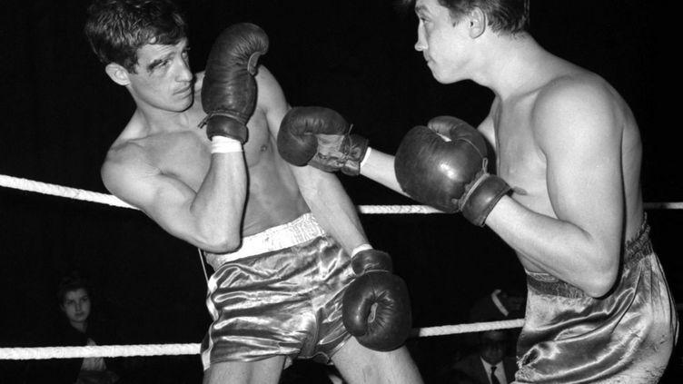 Jean-Paul Belmondo esquive un coup lors d'un match de boxe à Paris, en 1960. (AFP)