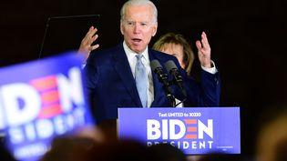 """Joe Biden prononce un discours après les premiers résultats du """"Super Tuesday"""", le 3 mars 2020, à Los Angeles. (FREDERIC J. BROWN / AFP)"""