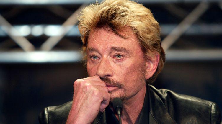 Johnny Hallyday en conférence de presse le 28 mai 2003, à Paris. (THOMAS COEX / AFP)