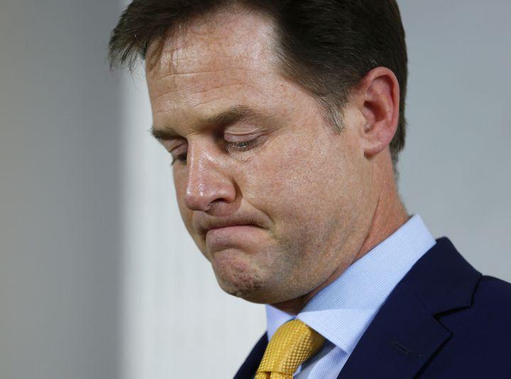 Nick Clegg fait sa tête des mauvais jours en conférence de presse, le 8 mai 2015, à Londres (Royaume-Uni). (EDDIE KOEGH / REUTERS)