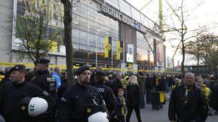 Des policiers patrouillent devant leSignal Iduna Park, stade de Dortmund (Allemagne), le 22 mars 2017. (ODD ANDERSEN / AFP)