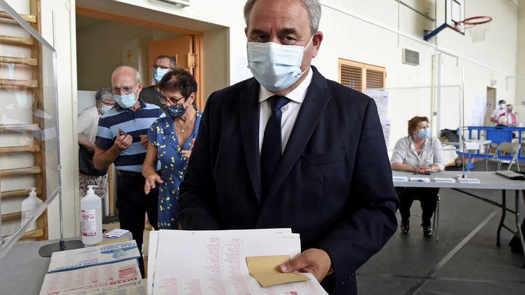 Xavier Bertrand, candidat des Républicains aux élections régionales dans les Hauts-de-France, lors du premier tour, dans un bureau de vote de Saint-Quentin (Aisne), le 20 juin 2021. (FRANCOIS LO PRESTI / AFP)