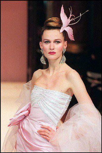Défilé Nina Ricci par Gérard Pipart, en janvier 1997  (JACK GUEZ / AFP)