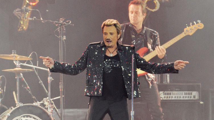 """Pour sa tournée """"Johnny Hallyday : La dernière"""", le chanteur se produit au Stade de France, à Saint-Denis, le 30 mai 2009. (STEPHANE CARDINALE - CORBIS / CORBIS ENTERTAINMENT / GETTY IMAGES)"""