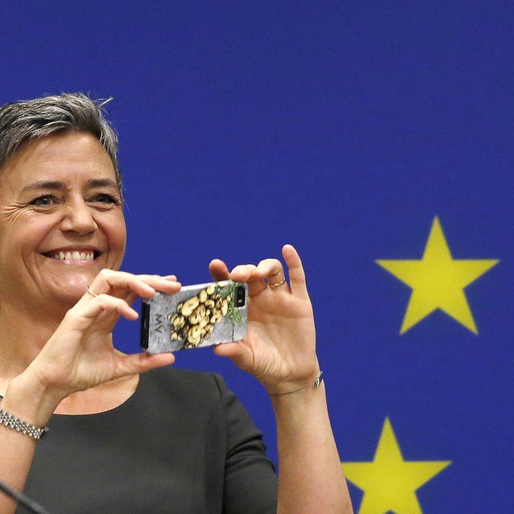 La commisaire européenne à la Concurrence, Margrethe Vestager, prend en photo les photographes et journalistes, le 16 avril 2015, à Washington (Etats-Unis). (GARY CAMERON / REUTERS)