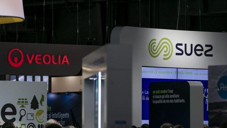 Un stand de l'entreprise Veolia à côté de son concurrent Suez durant le salon des maires, le 22 novembre 2017 à Paris. Photo d'illustration. (VINCENT ISORE / MAXPPP)