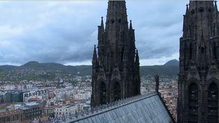 Cela fait un an que la cathédrale de Clermont-Ferrand (Puy-de-Dôme) est sous le coup d'un arrêté municipal. La bâtisse n'est pas aux normes de sécurité incendie. Mais les travaux devraient commencer avant l'été. (FRANCE 3)