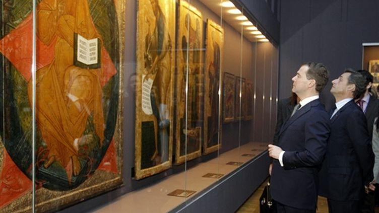 """Dmitri Medvedev et Nicolas Sarkozy visitent l'exposition """"Sainte Russie"""" au Louvre, le 2 février 2010 (AFP / Jacky Naegelen)"""