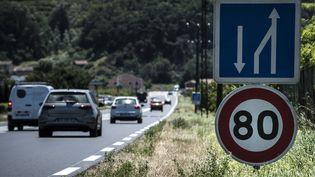 Un panneau de limitation à 80 km/h sur la nationale7 à Crozes-Hermitage (Drôme), le 28 juin 2018. (JEAN-PHILIPPE KSIAZEK / AFP)