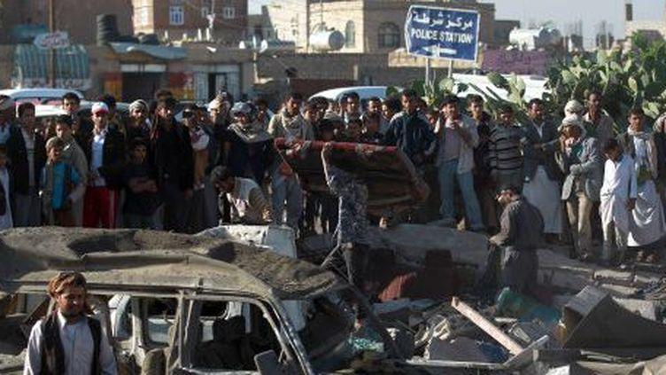 Les habitants constatent les dégats suite à une frappe aérienne saoudienne contre les rebelles Outhis, le 26 mars 2015. (AFP/Mohammed Huwais)