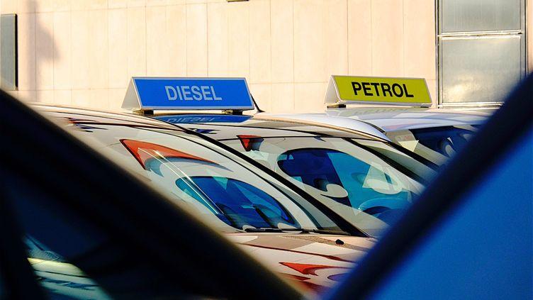 Greenpeace veut encadrer la promotion des véhicules à énergie fossile comme les voitures. (PATRICK LEFEVRE / MAXPPP)
