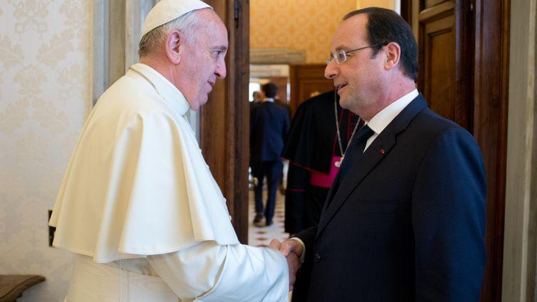Le pape François reçoit François Hollande le 24 janvier 2014 au Vatican. (OSSERVATORE ROMANO / AFP)