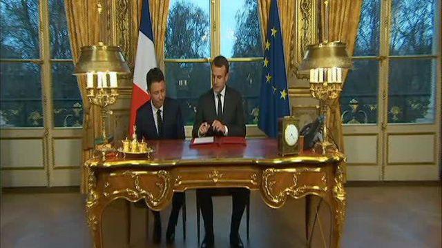 Emmanuel Macron signe trois textes