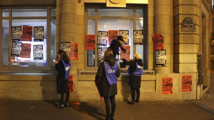 Des membres de la Fondation Abbé Pierre en pleine action dans les rues de Paris. (JACQUES DEMARTHON / AFP)