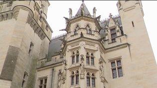 Les équipes du Journal de 13 Heures de France 2 vous emmènent dans l'Oise, dans la forêt de Compiègne. On y trouve le château de Pierrefonds, un édifice unique à l'histoire mouvementée et qui connaît des travaux de restauration, afin de remettre en avant son architecture médiévale. (CAPTURE ECRAN FRANCE 2)