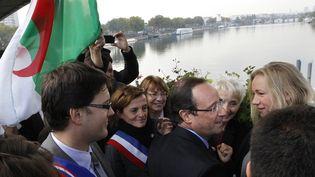 François Hollande (C) lors d'une cérémonie d'hommage aux Algériens tués par la police le 17 octobre 1961 lors d'une manifestation, à Asnières (Hauts-de-Seine), le 17 octobre 2011. (PATRICK KOVARIK / AFP)