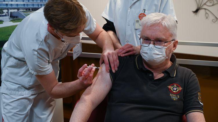 Le gériatre Pierre Jouanny a reçu une des premières doses du vaccin contre le Covid-19 dePfizer-BioNTechà Sevran (Seine-Saint-Denis), dimanche 27 décembre 2020. (PHILIPPE DESMAZES / POOL)