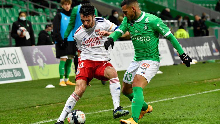 Léo Dubois (Lyon) aux prises avec Miguel Trauco (Saint-Etienne), le 24 janvier 2021. (PHILIPPE DESMAZES / AFP)