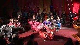 """""""Si tu m'aimes plus, je me jetterai par la fenêtre de la caravane"""" : c'est le nom du nouveau spectacle tzigane du cirque Romanès à Paris. De l'amour, de la passion et de l'humour. (France 3)"""