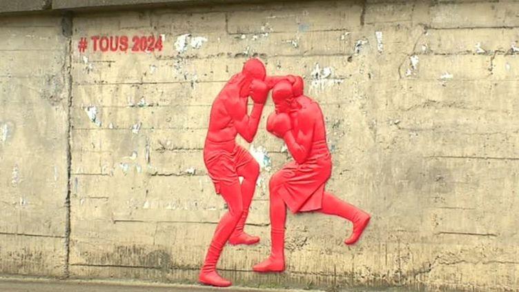 Les sculptures d'athlètes de Mauro Corda en plein entraînement sur les murs de plusieurs villes de région parisienne, ici à Epinay-sur-Seine (Seine-Saint-Denis).  (France 3 / Culturebox )