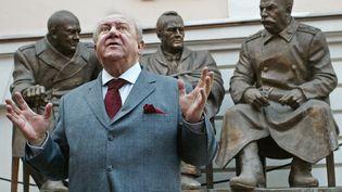 Le président de l'Académie russe des arts, Zourab Tsereteli, prend la pose le 26 avril 2005 à Moscou, près de son monument dédié à la rencontre de Yalta entre Winston Churchill, Franklin Delano Roosevelt et Staline. (DENIS SINYAKOV / AFP)